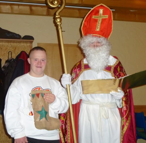 Stolz und überglücklich nahm der junge Andi Trupp sein Geschenk entgegen, als Sankt Nikolaus den Senioren im Geckenauer Feuerwehrheim einen Besuch abstattete.